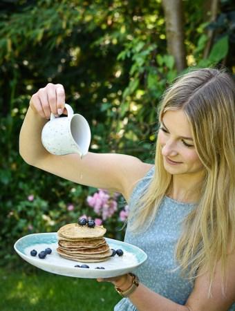 Fluffige Zitronen-Mandel-Pancakes - rein pflanzlich, vegan, glutenfreie Option, ohne raffinierten Zucker - de.heavenlynnhealthy.com