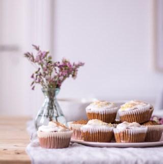 Carrot Cake Cupcakes - rein pflanzlich, vegan, glutenfrei, ohne raffinierten Zucker - de.heavenlynnhealthy.com