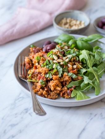 Mediterranes Quinoa mit sonnengetrockneten Tomaten - 30 Minuten Gerichte - rein pflanzlich, vegan, glutenfrei, ohne raffinierten Zucker - de.heavenlynnhealthy.com