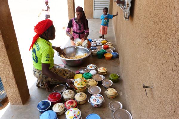 Zubereitung der Mahlzeiten für die Kinder