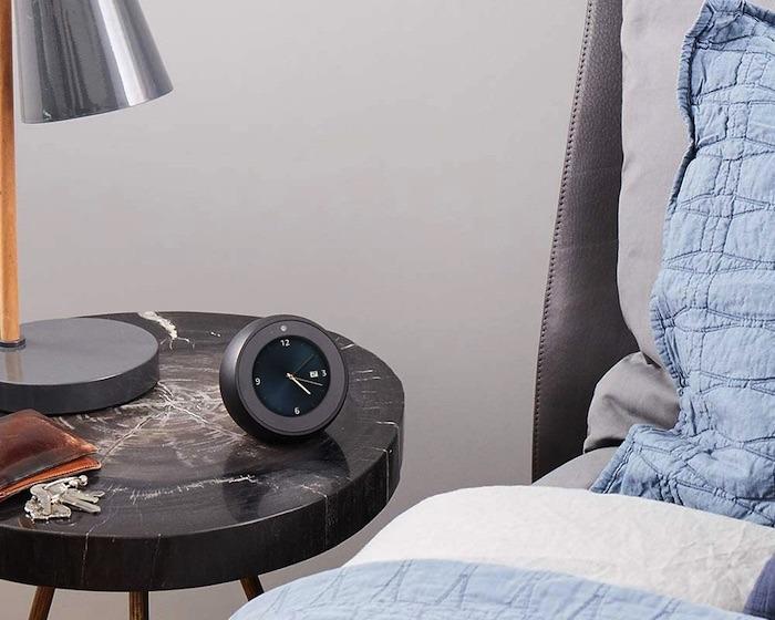 Die Geräte Echo Spot und Echo Show bieten eine integrierte Unterstützung für den VoiceView-Bildschirmleser.