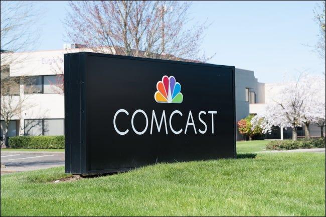Ein Comcast-Schild vor einem Firmengebäude.