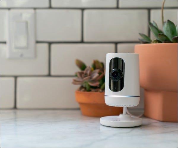 Vivint-Kamera auf Marmortheke