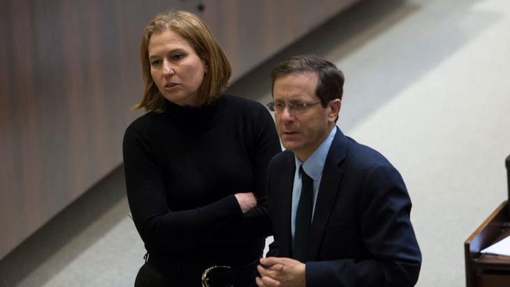 Labor party leader Isaac Herzog (right) and Tzipi Livni (left), who had just been fired by Benjamin Netanyahu as Justice Minister, confer during voting to dissolve the government in the Knesset, Jerusalem, 3 December 2014 (photo: EPA/JIM HOLLANDER)