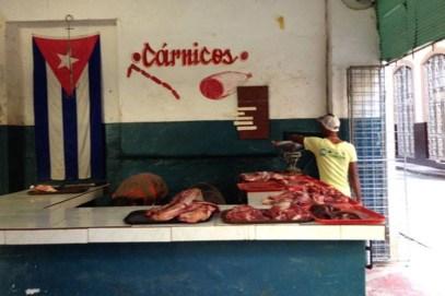 Carnicerías en Cuba. Sólo se vende una libra de pollo racionado por persona al mes. Creditos: Yusnaby.com