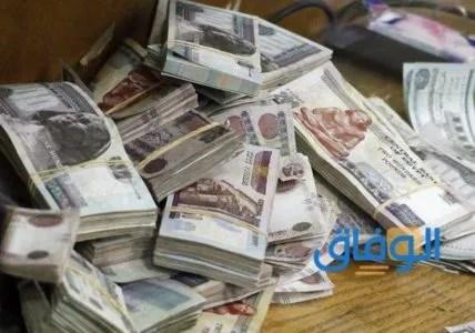 أشخاص يعطون قروض في مصر