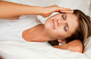 woman-headache-bed Migraine