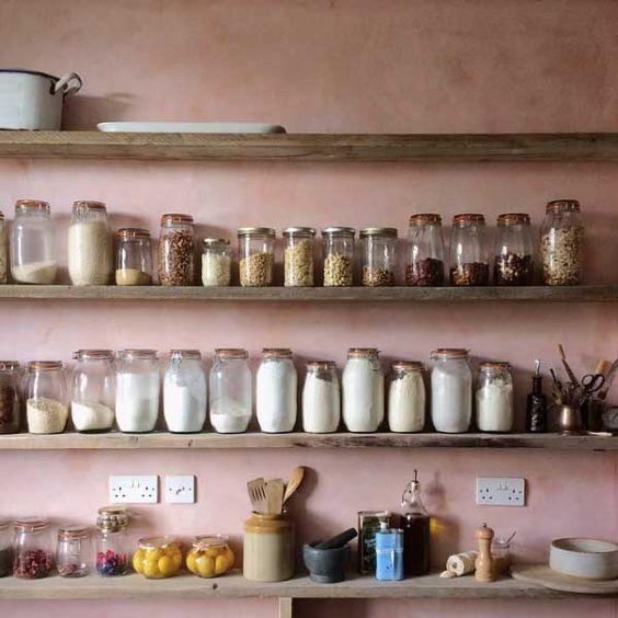 Il collezionismo in cucina è orizzontale e ci guarda sempre con dolcezza.
