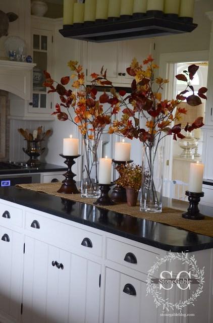 Le foglie rossicce con il colore naturale del legno di sposano
