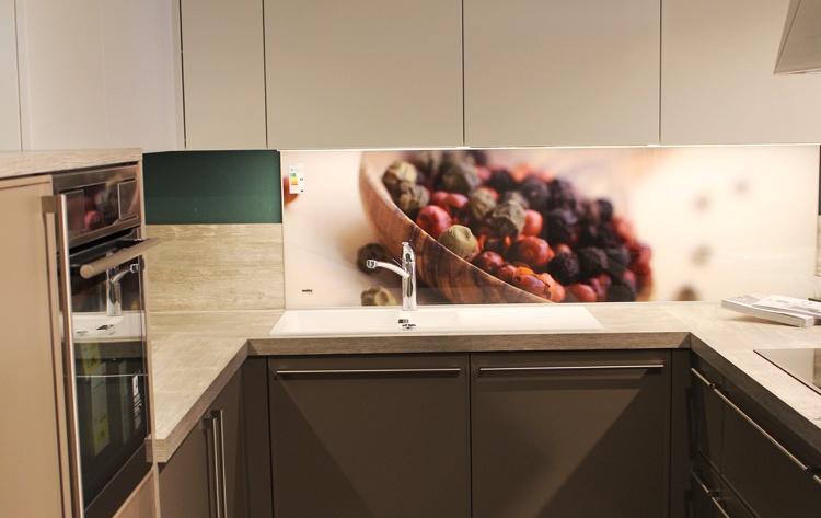 Küchenrückwand aus Glas: Tipps zur Auswahl von Material und Motiv