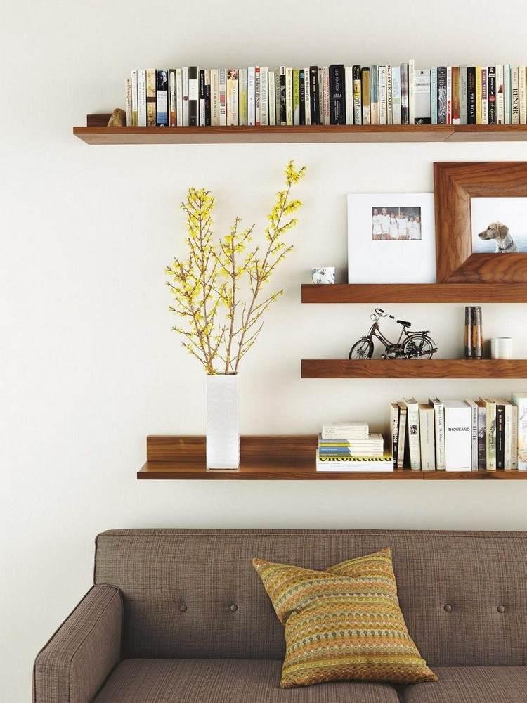 Schöne Einrichtungsideen mit einem Regal hinter Sofa im Wohnzimmer