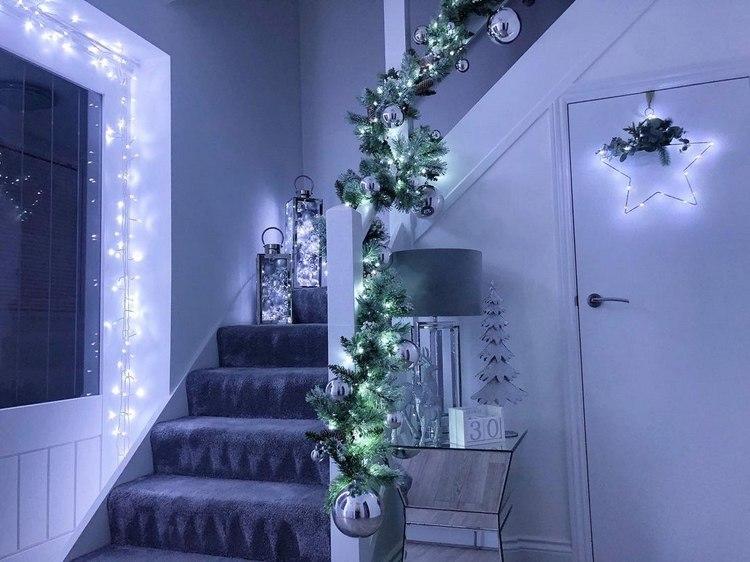 Treppe weihnachtlich dekorieren Weihnachtsbeleuchtung in kaltweiß