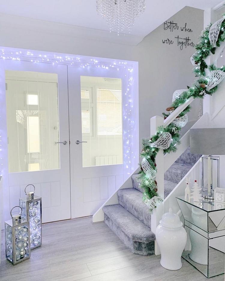Weihnachtsdeko im Flur mit kaltweißen Lichterketten und Deko in Silber und Weiß