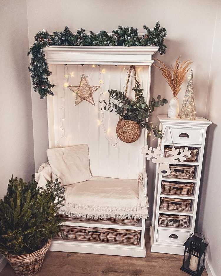 Weihnachtsdeko mit frischen Tannen- und Eukalyptuszweigen in einem Korb