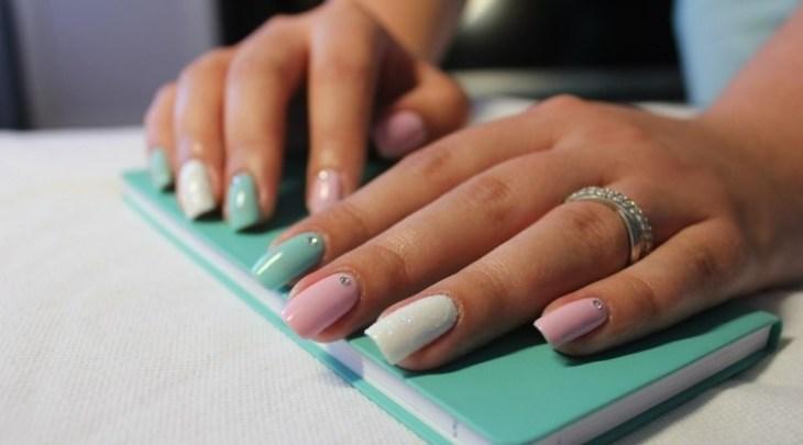 vernis-shellac-original-ongles-blanc-vert-rose-bijoux