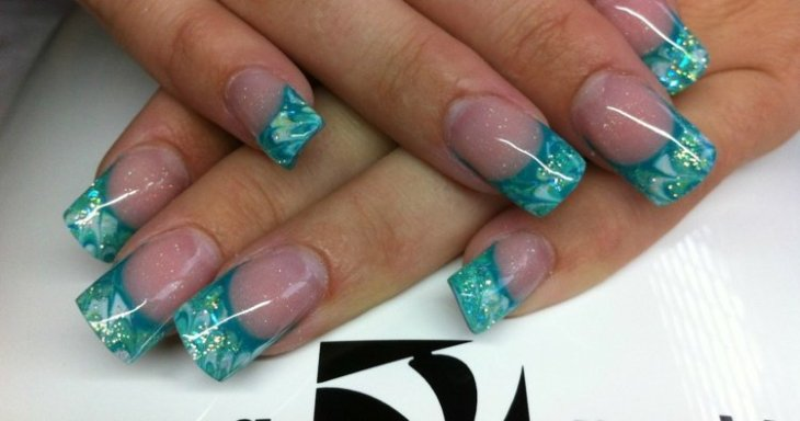 French-manucure-gel-turquoise-paillette