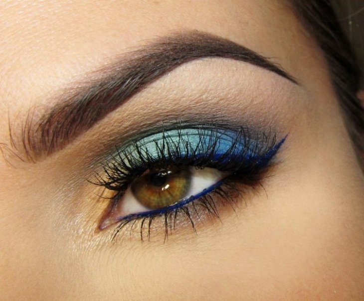 idees-maquillage-ete-eye-liner-bleu-ombre-paupières-bleu-jaune