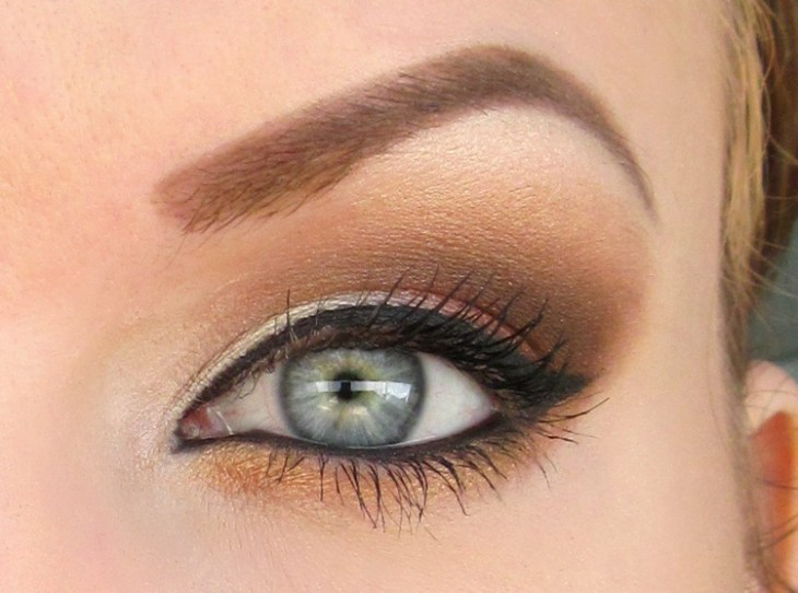 idees-maquillage-ete-eye-liner-mascara-ombre-paupières-or-sable