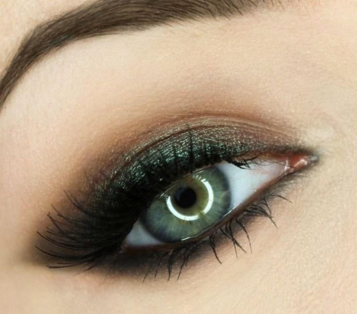idees-maquillage-ete-ombre-paupières-vert-sombre-pailleté-mascara