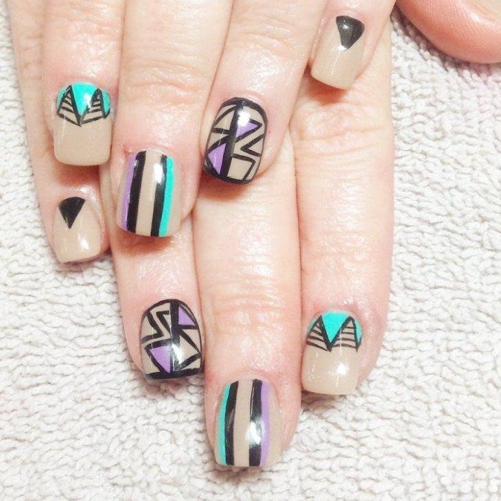 nail-art-motif-azteque-base-beige-couleur-turquoise