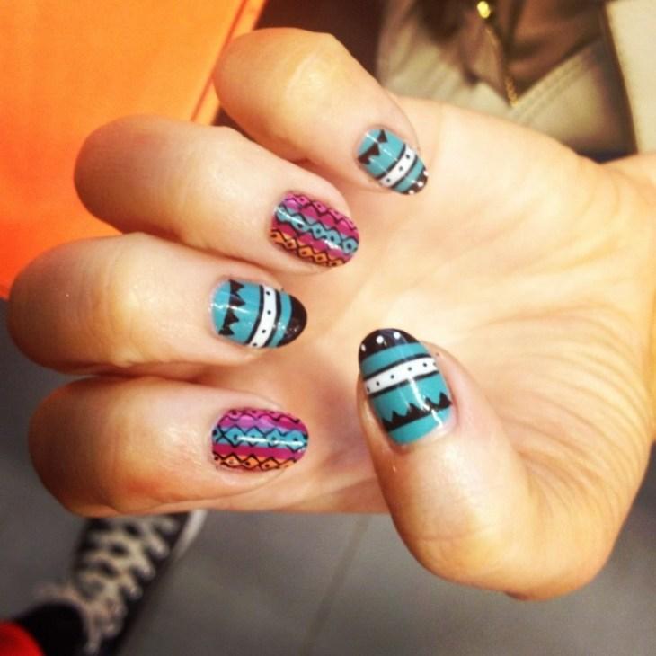 nail-art-motif-azteque-couleur-vernis-bleu-noir-blanc