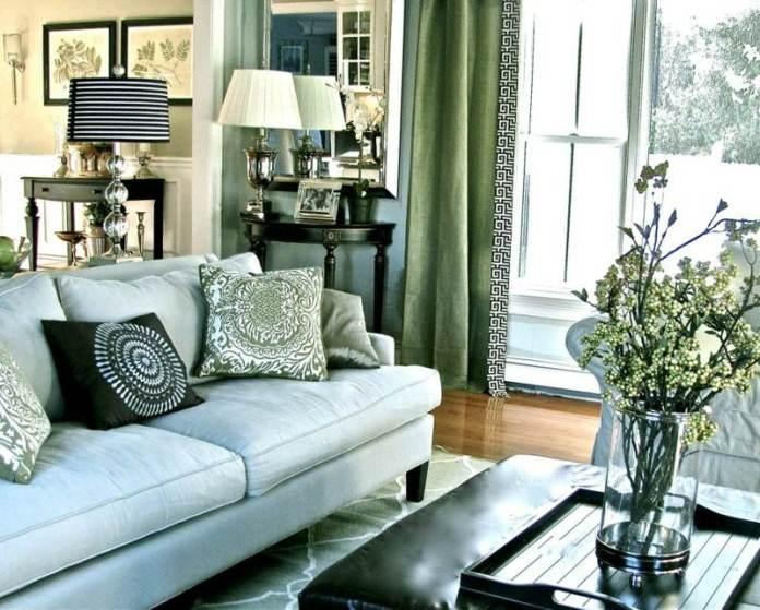 decoration-salon-canapé-gris-coussins-rideaux-verts-lampes-table
