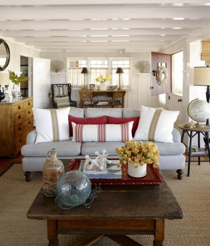 decoration-salon-coussins-blanc-rouge-motifs-rayures-fleurs-jaunes-table-basse-bois-rustique