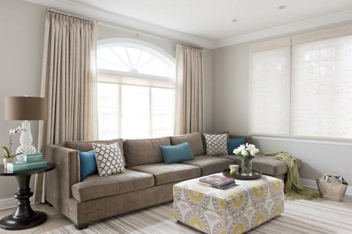 decoration-salon-coussins-turquoise-blanc-ottomant-rideaux-beige-lampe-table-blanc-marron