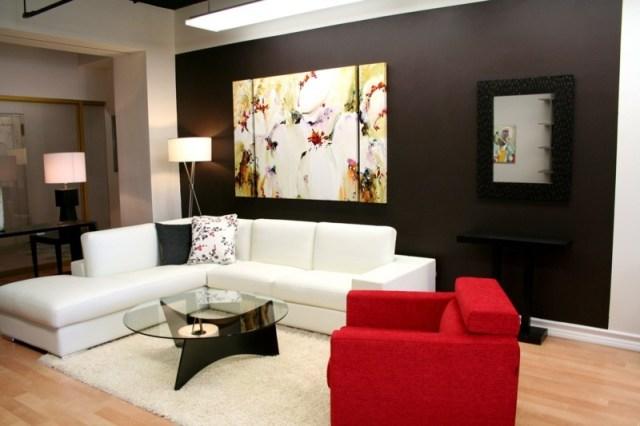 decoration-salon-peinture-murale-marron-foncé-tableau-trois-parties-canapé-blanc-fauteuil-rouge