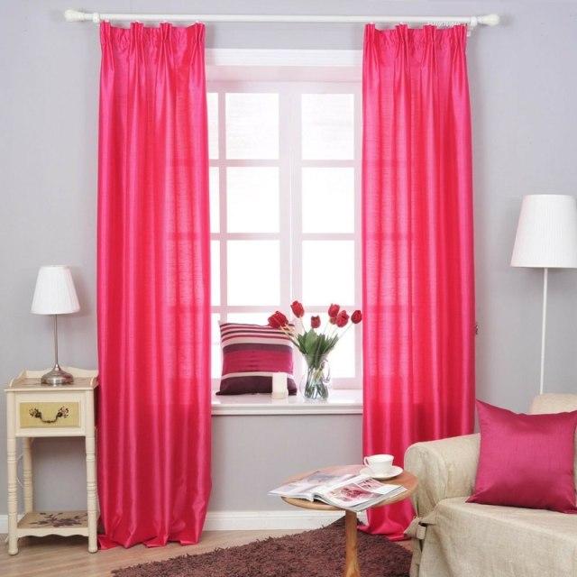 decoration-salon-rideaux-accent-rose-vif-coussins-roses-table-appoint-blanche décoration de salon