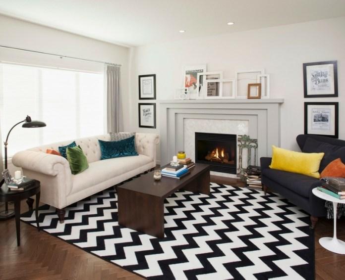 decoration-salon-tapis-noir-blanc-chevron-canapé-blanc-capitonné-fauteuil-noir-cheminée-classique