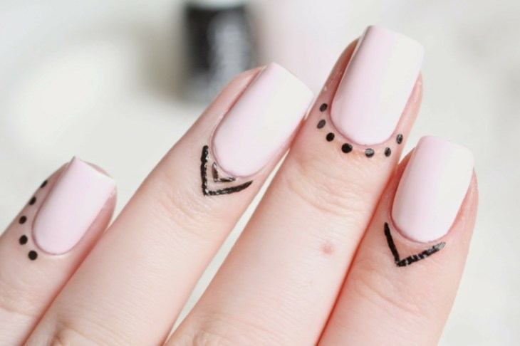 bijoux-peau-doigts-style-henné-tattoo-liner-nail-art-assorti-rose-pastel