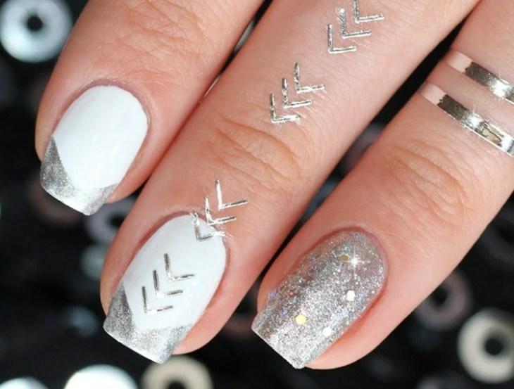 bijoux-peau-doigts-tatouages-temporaies-argentés-manucure-assortie