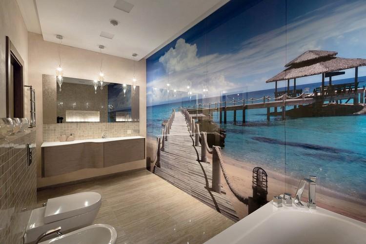 mural en verre dans la salle de bains