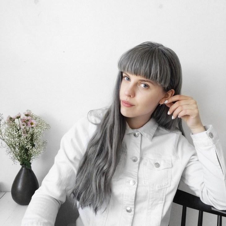 cheveux gris -longs-frange-droite