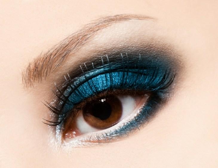 comment-se-maquiller-les-yeux-selon-forme-couleur-bleu-pétrole