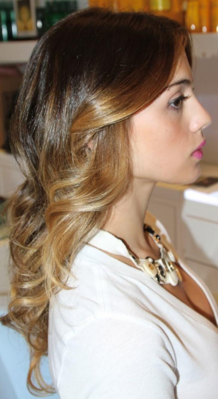 cheveux couleur caramel -ombré-base-marron-mèches-blondes-cheveux-bouclés