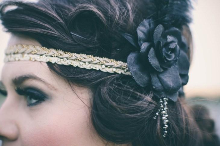 coiffure vintage headband-cuir-beige-fleur-noire-fard-paupières