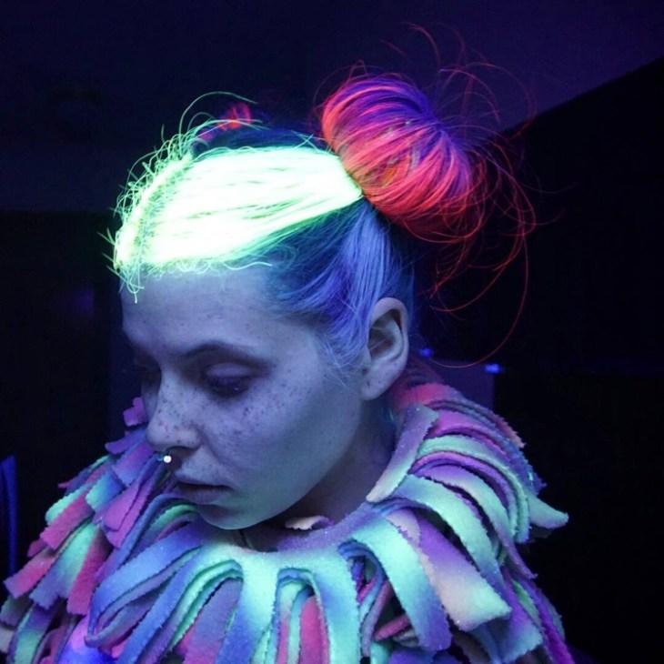tendance coiffure -chignons-couleurs-néon-party-thématique