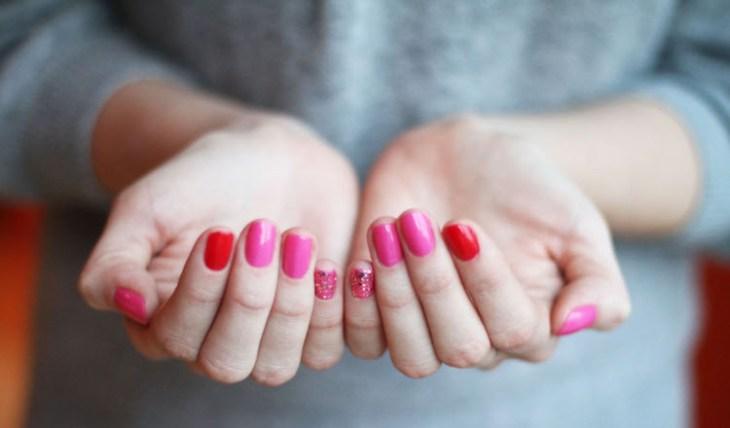 manucure-rose-bonbon-rouge-paillettes-argentées