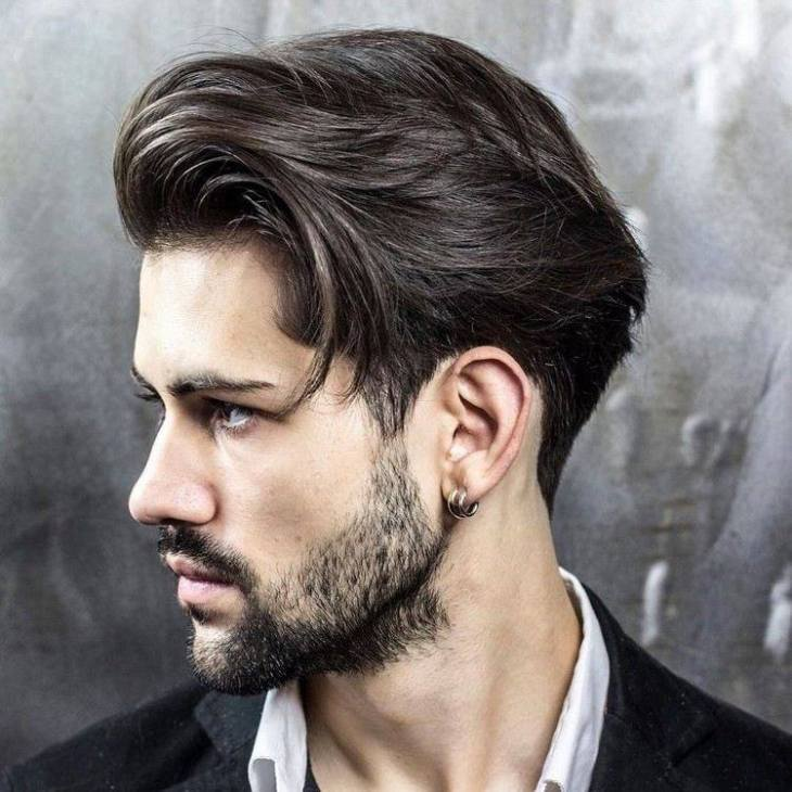 coiffure homme tendance -cheveux-mi-longs-coiffés-arrière