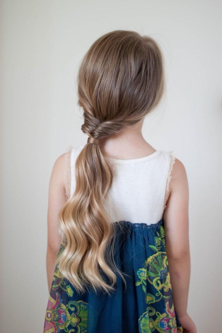 coiffure pour petite fille -demie-arête-poisson-queue-cheval-basse