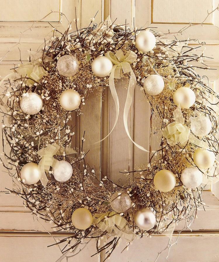 decoration noel couronne ronde porte boules accents dores decoration noel pour la porte d entree en 20 idees faciles a realiser
