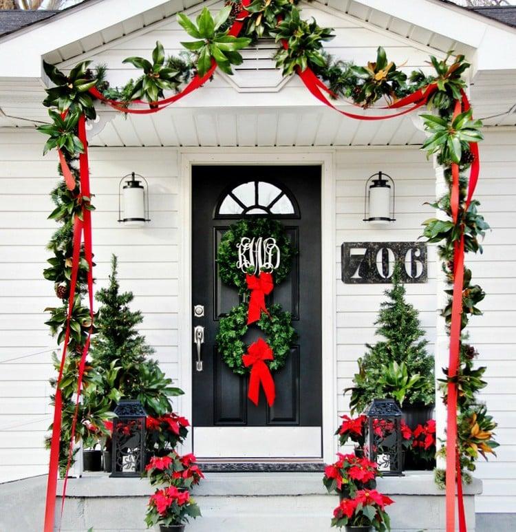 decoration noel porte entree ruban rouge couronne verte decoration noel pour la porte d entree en 20 idees faciles a realiser