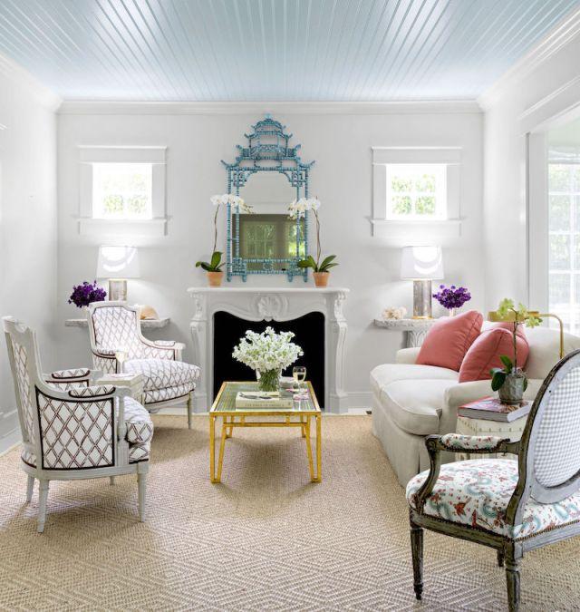 ambiance-petit-salon-blanc-cheminee-classique-fauteuils-chics