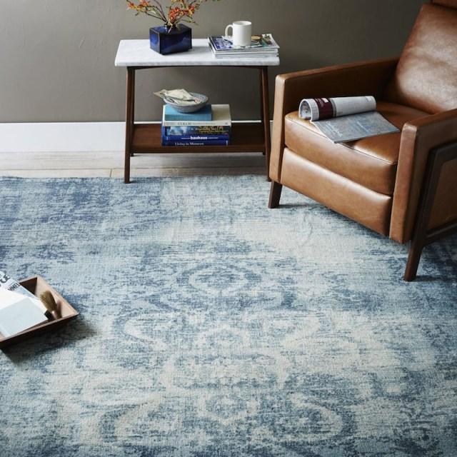 ambiance-salon-chic-tapis-laine-bleu-effet-use-vieilli-motifs-damas