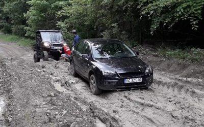"""Salvamont Bacău """"salvează"""" mașinile din noroaile munților"""
