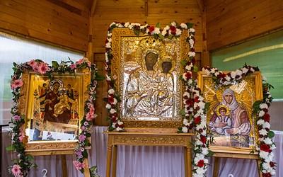 """Trei icoane făcătoare de minuni au fost aduse la Biserica ,,Sf. Petru și Pavel"""""""