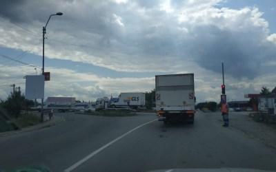 Intrarea în Onești a devenit un calvar (VIDEO FOTO). Vezi când se termină lucrările și care sunt rutele ocolitoare
