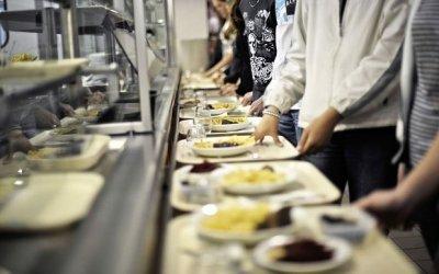 """Două angajate ale Colegiului """"M.Eminescu"""" sunt cercetate după ce au furat din mâncarea elevilor"""